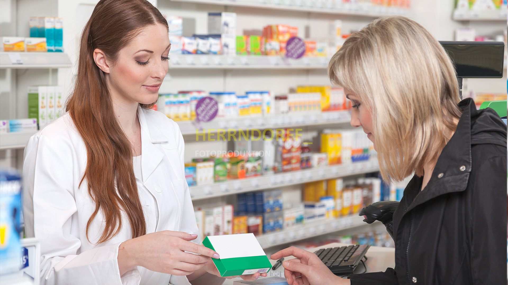 Eine Apothekerin berät eine Kundin zu einem medizinischen Präparat