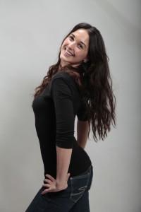 Freundlich natürlich lächelnde junge Frau