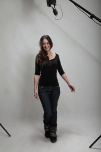 Stehende Frau in Jeans und Shirt im Fotostudio
