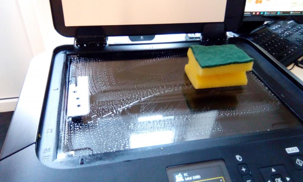 Die Glasscheibe des Scanners kann man nach der Scannerfotografie einfach mit Spüli und Wasser reinigen