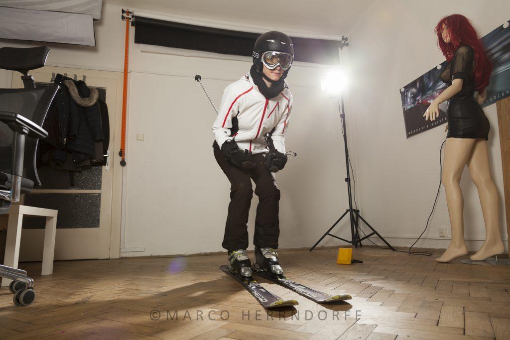 Skifahrerin im Fotostudio